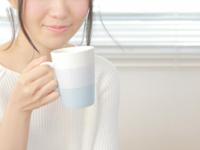 コーヒーを飲む女子
