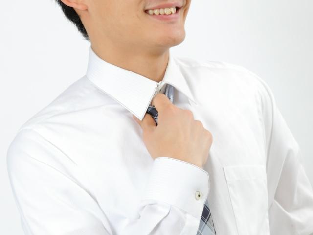 ネクタイを緩める男子