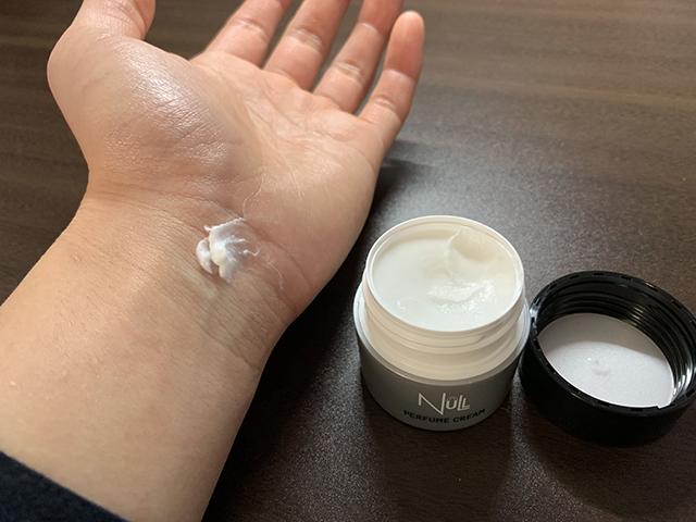 Nullパヒュームクリームを手首に塗ってみる