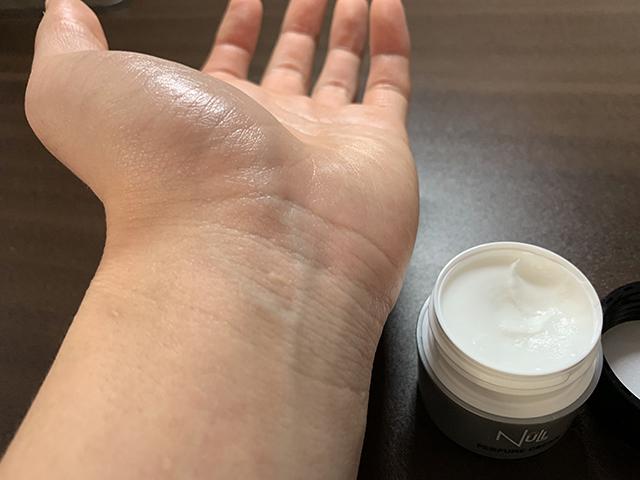 Nullパヒュームクリームを手首に塗ってみたあと